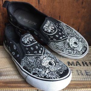 Hot topic sugar skulls black & wt canvas loafers 5